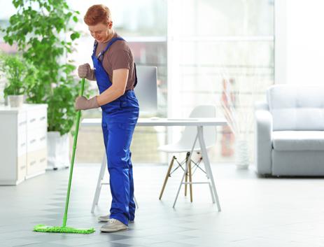 Photographie d'une personne qui balaie le sol
